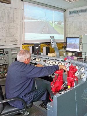 Юрий Леонидович ведет поезд на тренажере машиниста